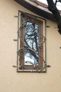 Красивая легкая кованая решетка на окно