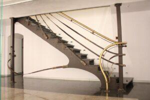Красивая лестница из металла на второй этаж