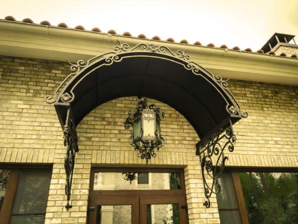 Арочный кованый козырек с фонарем над дверью Артикул № 055