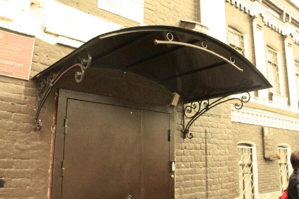 Арочный козырек с элементами ковки над дверью Артикул № 058