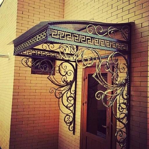 Односкатный кованый козырек над входом