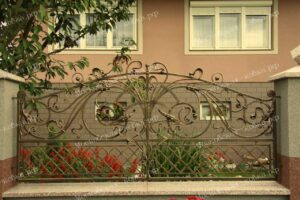 Маленькие красивые кованые ворота и забор(4)