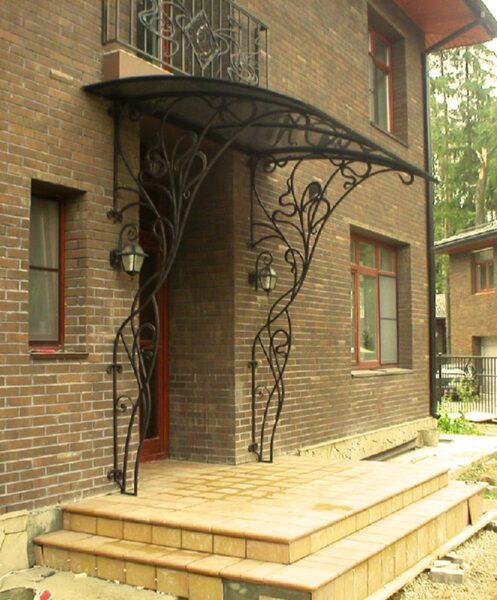 Авторский кованый навес над крыльцом загородного дома Артикул № 087