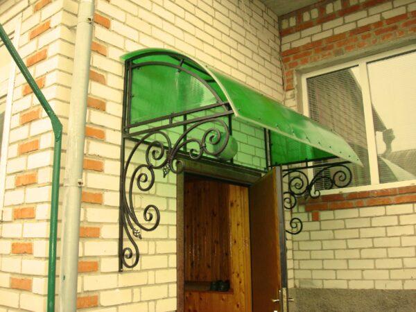 Кованый козырек над дверью с зеленой крышей Артикул № 093