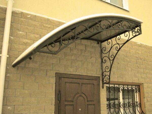 Односкатный кованый козырек над дверью в доме Артикул № 076