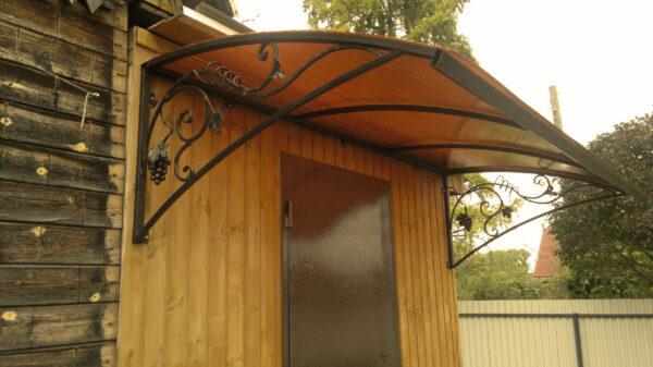 Односкатный кованый козырек на деревянном доме Артикул № 080