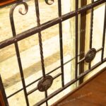 Кованая решетка в доме с стиле перил