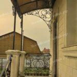 Прямой односкатный кованый козырек с перилами фото