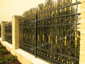 Стальной забор с декоративными вставками