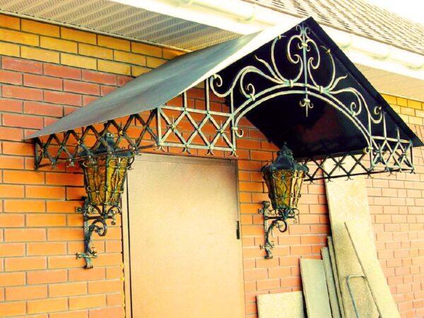 Кованый козырек с фонарями над входом в дом Артикул № 071