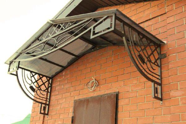 Кованый двухскатный козырек над металлической дверью Артикул № 068