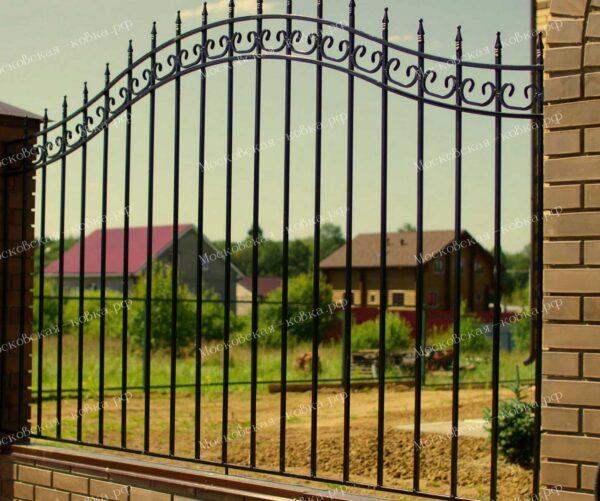 Недорогой сварной забор с пиками