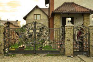 Оригинальные кованые ворота для дачи