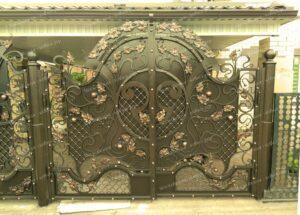 Двухстворчатые кованые ворота