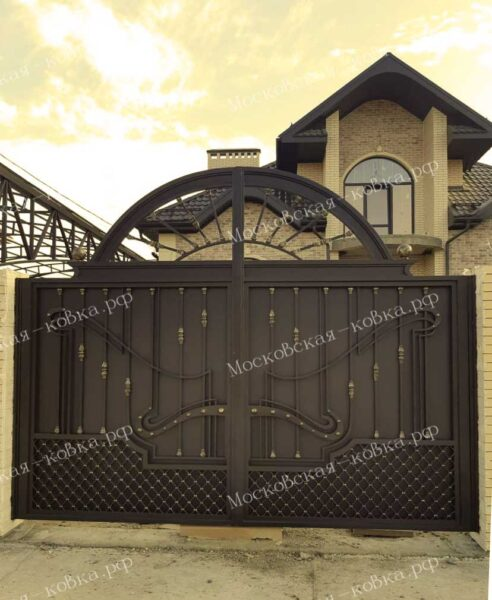 Закрытые стальным листом кованые ворота и калитка Артикул КВ-075