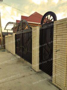 Закрыте стальным листом кованые ворота и калитка (4)