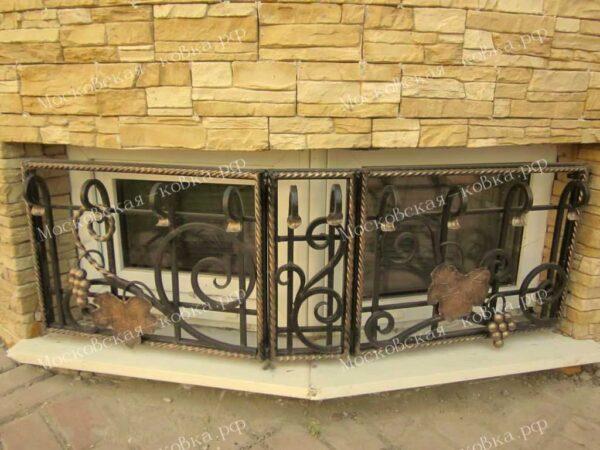Кованая решетка на окно цокольного этажа Артикул КР-001