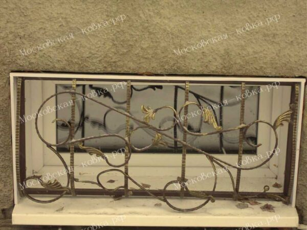 Кованая решетка на окно цокольного этажа Артикул КР-006