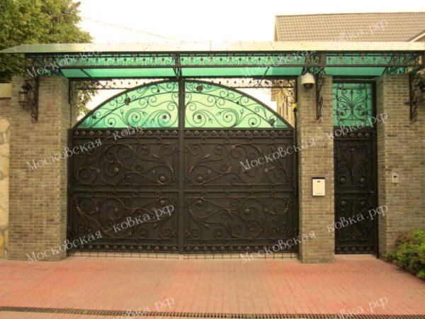 Кованые распашные ворота с козырьком