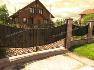 Кованые ворота и забор с сеткой