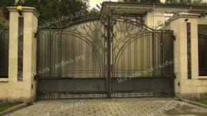 Кованые ворота с навершием из цветов