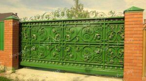 Кованые откатные ворота зеленого цвета