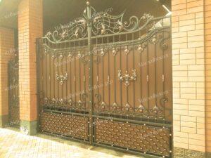 Коричневые кованые ворота с медной патиной