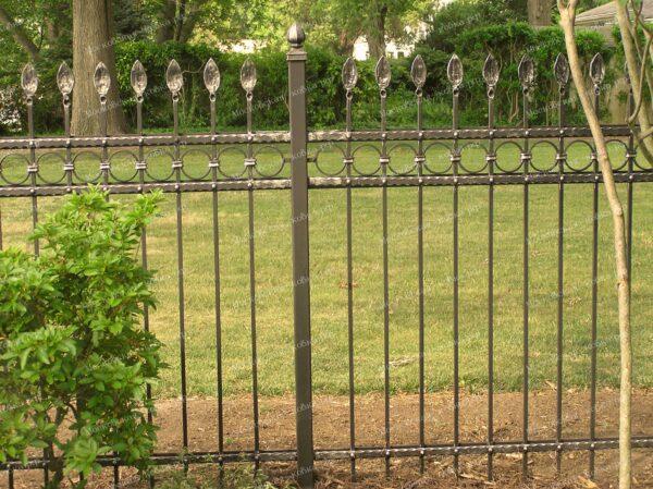 Сварной забор с пиками и кольцами
