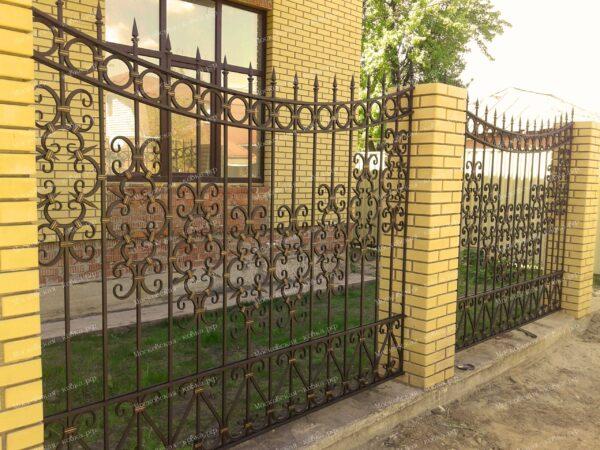 Строгий кованый забор с вензелями и пиками Артикул № КЗ-2020-08