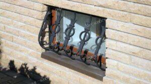Выпуклая кованая решетка на окно цокольного этажа (1)