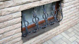 Выпуклая кованая решетка на окно цокольного этажа (2)