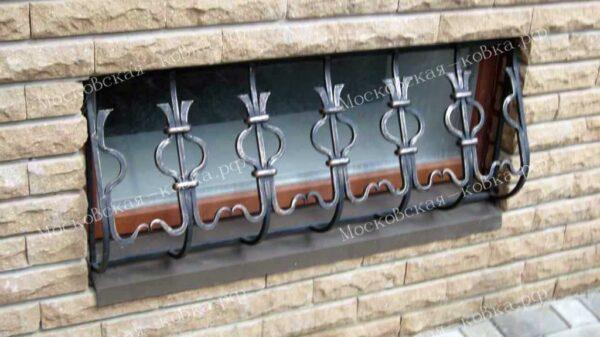 Выпуклая кованая решетка на окно цокольного этажа Артикул КР-026