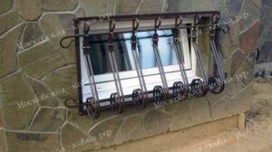 Выпуклая кованая решетка на окно цокольного этажа (4)
