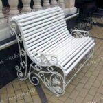 Кованая скамья белого цвета