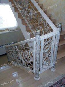 Кованые лестничные перила белого цвета