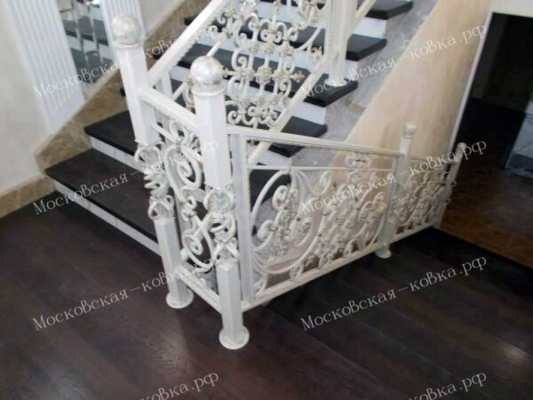 Светлые кованые перила для лестницы АРТИКУЛ КП 2020-35