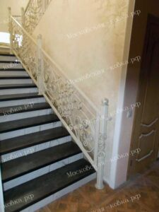 Светлые кованые перила для лестницы (2)