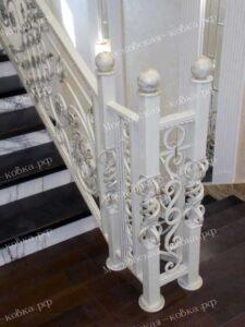 Светлые кованые перила для лестницы (3)
