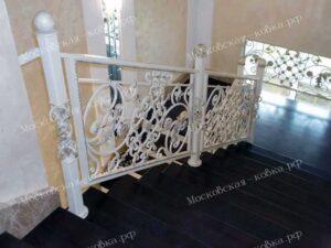 Светлые кованые перила для лестницы (4)
