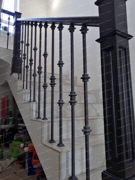 Кованые перила с деревянным поручнем и столбами АРТИКУЛ КП 2020-41