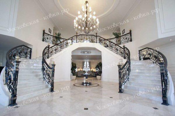 Винтовое кованое ограждение на лестнице из белого мрамора АРТИКУЛ КП 2020-55