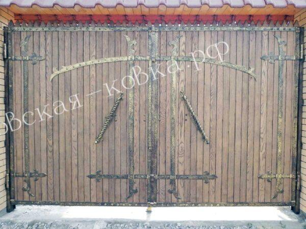 Ворота из металлического каркаса обшитые деревом с ковкой
