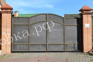 Ворота и калитка обрамленные кованой полосой