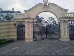 Входная группа из кованых ворот и калитки выполненных в английском стиле
