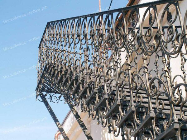 Кованая лестница вместе с кованым ограждением