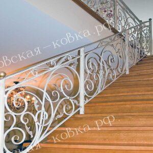 Кованое лестничное ограждение покрашено в белый-цвет с элементами золочения
