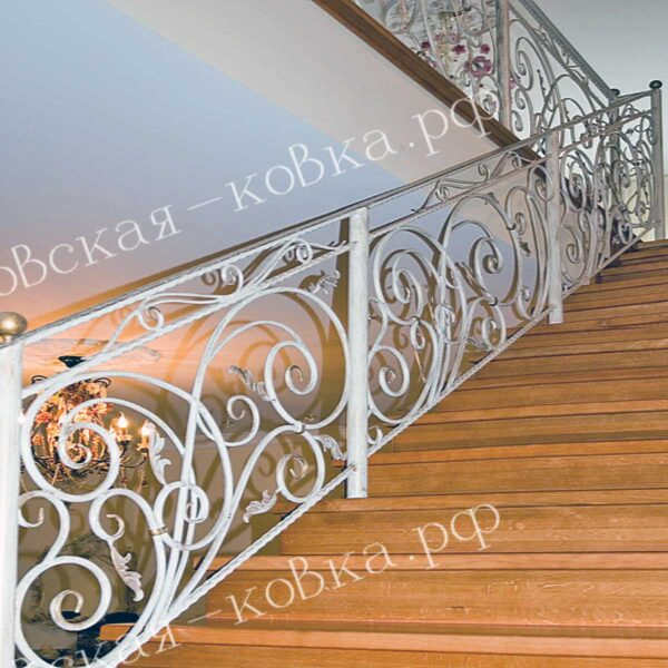 Кованое лестничное ограждение покрашено в белый цвет с элементами золочения АРТИКУЛ КП 2020-59