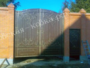 Кованые ворота зашитые листом с накладным кованым рисунком