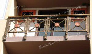 Кованые ворота и балкон