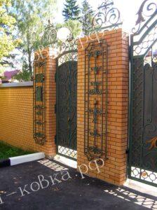 Кованые ворота и калитка с украшениями